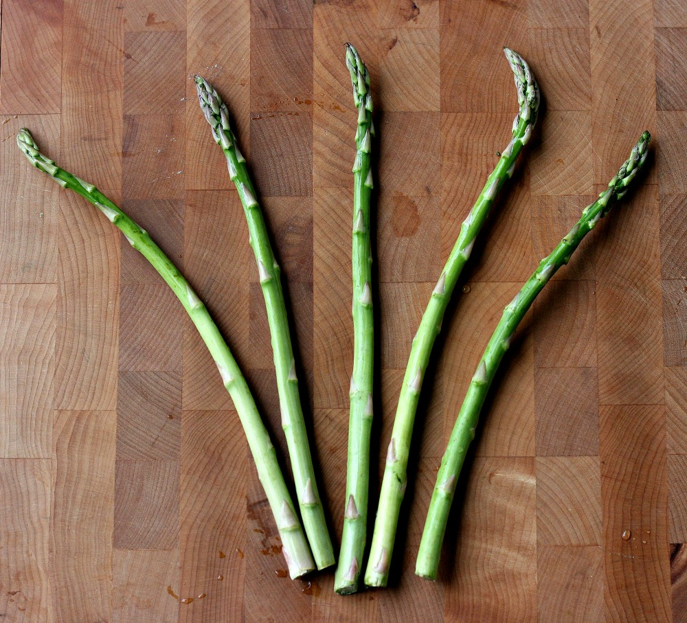 How to Roast Asparagus Without Oil- Step 1 Wash asparagus.