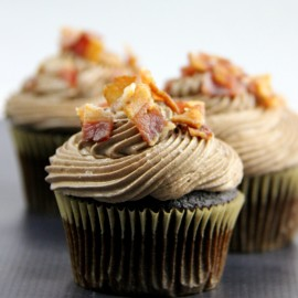 Does it get more decadent? We don't think so. This Bacon and Chocolate Cupcake recipe has dark chocolate combined with salty crunchy bacon. Bye bye diet! Perfect for dessert when entertaining guests or for birthday parties.