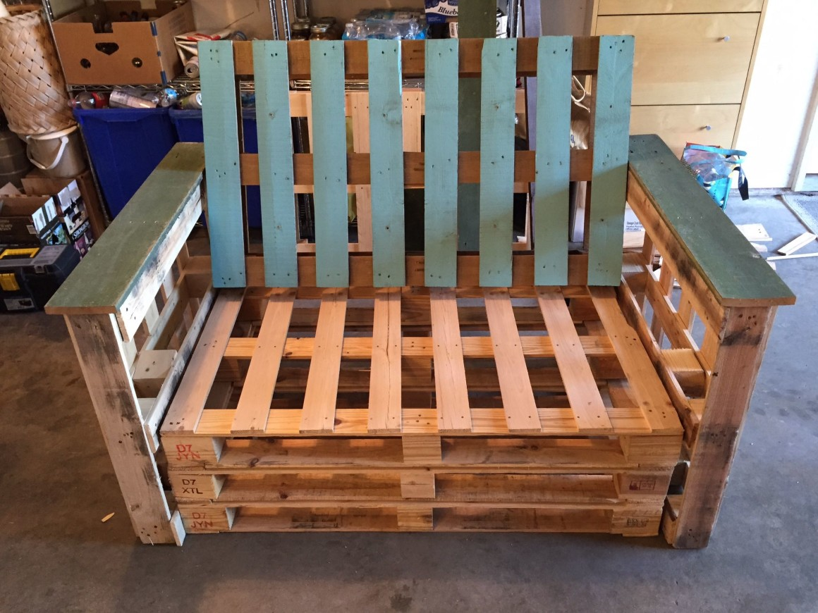 Learn to make patio furniture with pallets with this DIY Dads DIY Outdoor Pallet Couch. A great weekend project from Hello Creative Family.