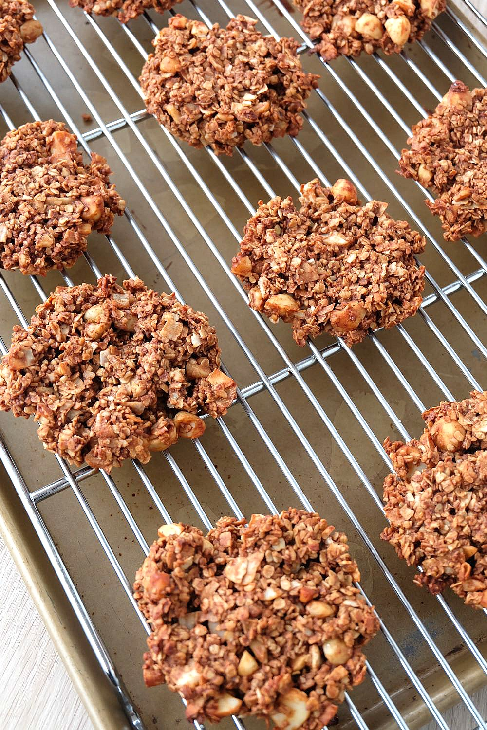 Looking for a delicious, easy and healthy breakfast idea? This chocolate coconut macadamia nut healthy breakfast cookies recipe is a delicious and guilt free way to start the day! Perfect for breakfast on the go, its gluten free, low in sugar, dairy free and packed with superfoods like raw cacao and flax seeds! Freeze extras for breakfast meal planning!