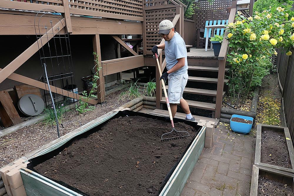 Easy step by step instructions for how to build a DIY Planter Box to fit in any space in less than an hour. #Gardening #BackyardGardening #PatioGardening #SmallSpaceGardening