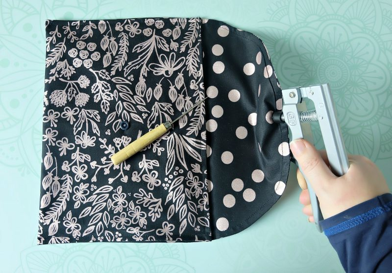 This 15 minutes sewing project is going to rock your socks off! Learn how to make a gorgeous DIY Makeup Bag (which would also make the cutest envelope purse). This is an easy Cricut Maker sewing project that is perfect for beginners. Hello Creative Family provides step by step photos and instructions. This would make a thoughtful handmade gift for girlfriends, Mother's Day or teacher appreciation. #Sponsored #CricutMaker #CricutProject #sewing #Cricut