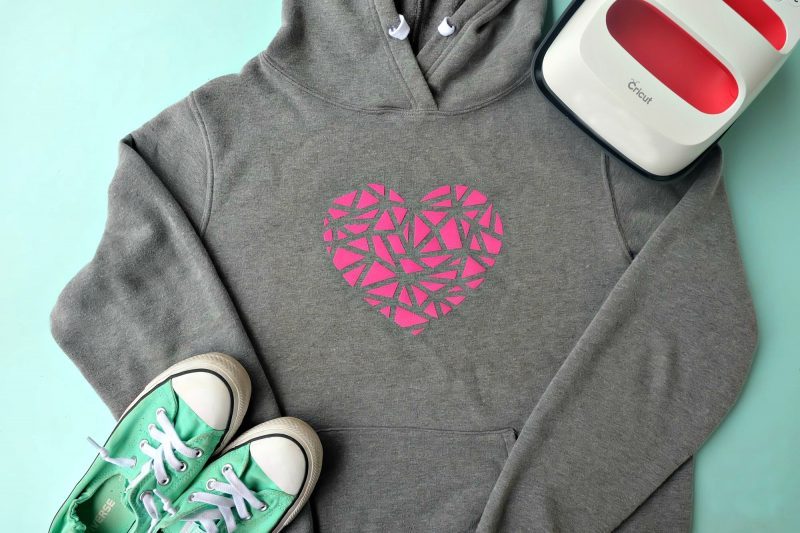 Looking for an easy Cricut beginner project? This 10 minute DIY geometric heart shirt is so cute and simple to make. A perfect first Cricut project or first htv project for those new to the Cricut world! #DIY #Cricut #CricutMade #handmade #geometricheart