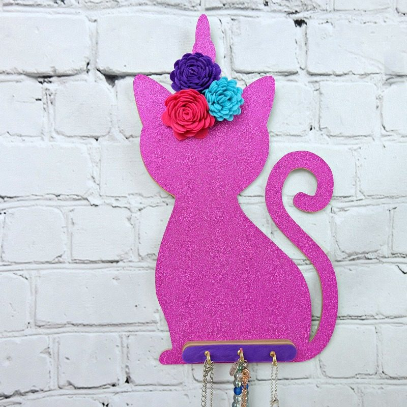 Learn how to make an adorable DIY Caticorn Necklace Holder using your Cricut Maker! This fun project makes a fun and easy handmade gift idea! Learn to cut chipboard, felt and vinyl with your Cricut Maker! #Sponsored #CricutMade #CricutCreated #HandmadeGift #CaticornCrafts
