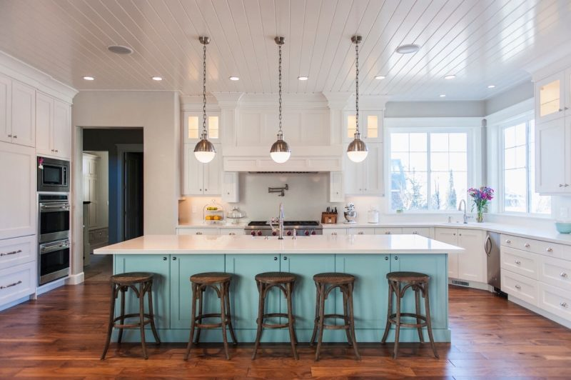 Choosing a paint color for a kitchen remodel can be hard! Hello Creative Family walks through the design process of coming up with a turquoise kitchen color palette with the help of Sherwin-Williams. #Sponsored #DIY #Kitchen #Remodel #Turquoise #Aqua #Teal