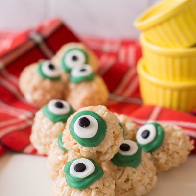 Looking for a yummy Halloween treat idea that's perfect for a class Halloween part? This No Bake Halloween Rice Crispy Treat is yummy, easy, delicious and oh so fun! #halloween #halloweentreat #halloweenparty #snack #nobake #homemade