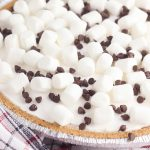 Create a delicious, easy dessert in just 10 minutes with this No Bake Smores Pie Recipe! The ultimate comfort food dessert, that gives you a slice of summer all year long! Kid friendly and perfect for entertaining and potlucks! #Dessert #Smores #Recipe #ComfortFood #nobake #camping #summer #chocolate #marshmallow