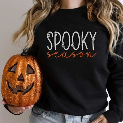 Get ready for spooky season with this minimalist free Halloween SVG file! Make tons of Halloween projects including minimalist sweatshirts with your Cricut or Silhouette machine!Use thiscute cut file with spooky skulls for t-shirts, wood signs, paper crafting, planner stickers, Halloween decorations, and so much more!