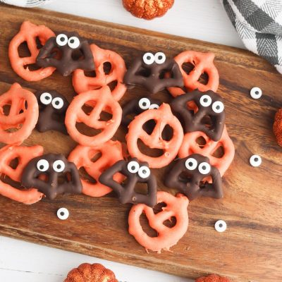 No baking required for this quick and easy Halloween snack idea! These spooky chocolate covered Halloween pretzels are perfect for a Halloween party, a neighbor Halloween treat bag, or a Halloween snack for kids to take to school! Your kids will love making them! You'll love watching them eat them as you carve Halloween pumpkins and other fun Halloween activities!